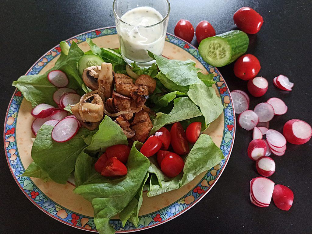 Salat mit warmen Köstlichkeiten
